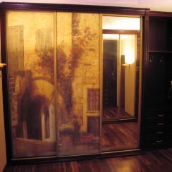 Состаренная фреска на фасаде шкафа